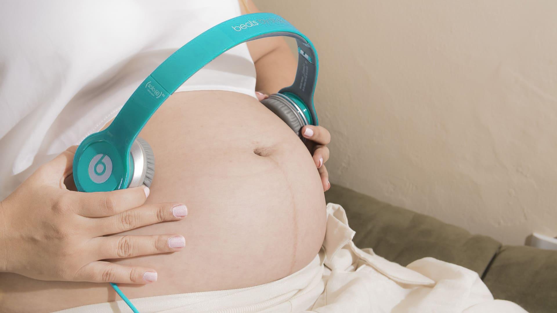 Estimular el oído del bebé durante el embarazo con música